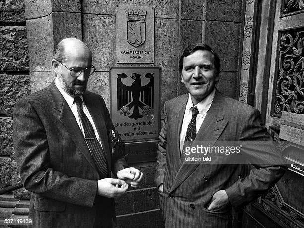 Jurist, Rechtsanwalt, D, Horst Mahler mit seinem Anwalt, dem SPD - Politiker Gerhard Schröder vor dem Kammergericht in Berlin, -