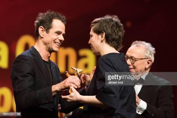 JuryPräsident Tom Tykwer und Regisseurin Adina Pintilie mit dem Goldenen Bären für den film TOUCH ME NOT anlässlich der Preisverleihung 68...