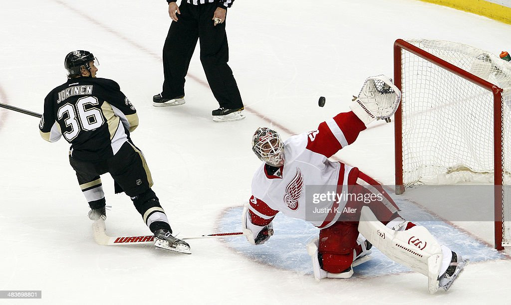 Detroit Red Wings v Pittsburgh Penguins : News Photo