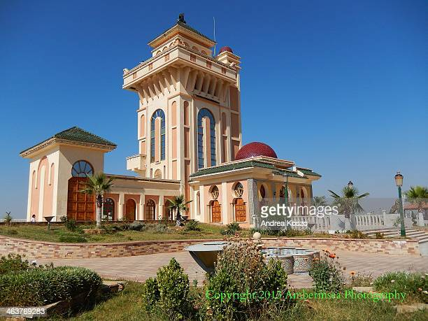 Just a few steps from the téléphérique stands this fabulous building on the top of the hills of Tlemcen. The view is stunning from the long balcony...