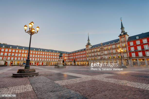 just before sunrise at plaza mayor - madrid - fotografias e filmes do acervo
