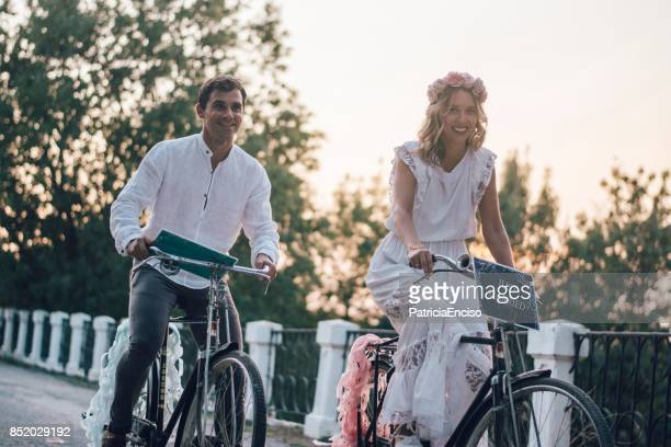 matrimonio sólo en motos - vestido verde fotografías e imágenes de stock