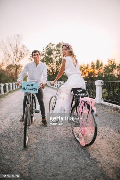 Frisch verheiratete Paar in Fahrräder