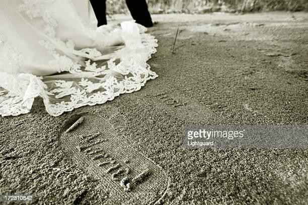"""""""recién casados'huellas en la playa de arena"""""""