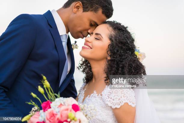 just married - latijns amerikaanse en hispanic etniciteiten stockfoto's en -beelden