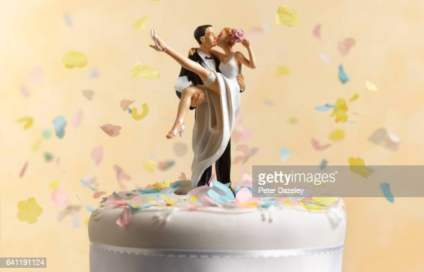 just married wedding cake figurine - wedding cake foto e immagini stock