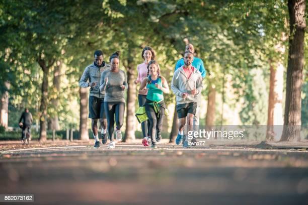 nur laufen - mittelgroße personengruppe stock-fotos und bilder