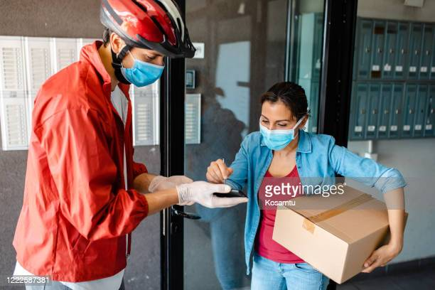 just sign here and that's that, hope you stay safe - returning merchandise stock pictures, royalty-free photos & images