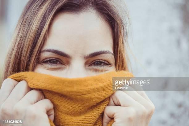 sólo los ojos, la cabeza cubierta, la mujer joven - pañuelo fotografías e imágenes de stock