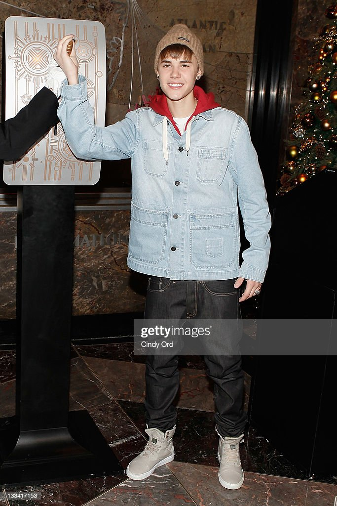 Justin Bieber lights The Empire State Building on November 18 2011 in New York City  sc 1 st  Getty Images & Justin Bieber Lights The Empire State Building Photos and Images ... azcodes.com