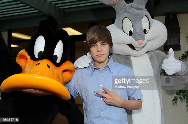 COVERAGE*** Justin Bieber poses with Daffy Duck and Bugs Bunny during his visit to Six Flags Magic Mountain on May 8 2010 in Valencia California