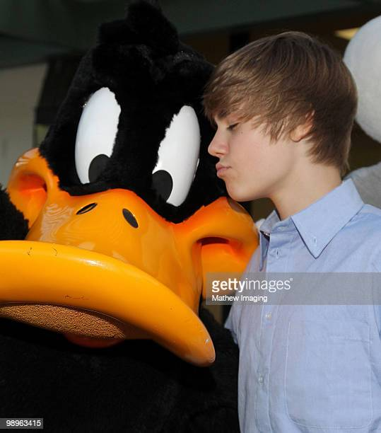 VALENCIA CA MAY 08 Justin Bieber poses with Daffy Duck during his visit to Six Flags Magic Mountain on May 8 2010 in Valencia California