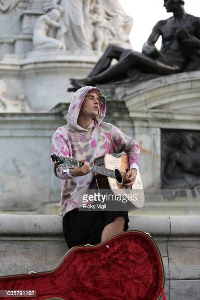 Justin Bieber stops at the Buckingham Palace fountain to play a couple of songs with his guitar for Hailey Baldwin and fans on September 18 2018 in...