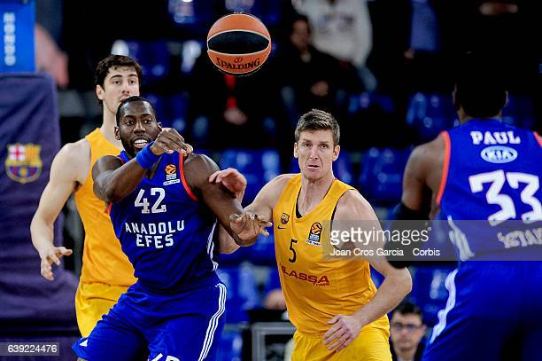 Justin Doellman of FC Barcelona Lassa fighting for the ball withBryant Dunston of Anadolu Efes during the basketball Turkish Airlines Euroleague...