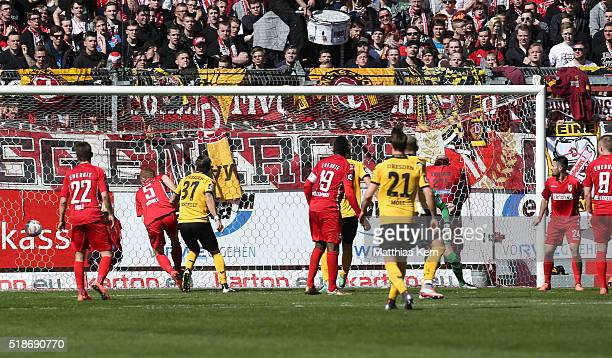 Justin Eilers of Dresden scores the first goal during the third league match between FC Energie Cottbus and SG Dynamo Dresden at Stadion der...