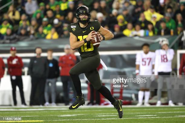 Justin Herbert of the Oregon Ducks looks to throw the ball in the first quarter against the Washington State Cougars during their game at Autzen...