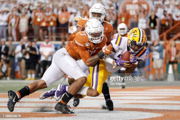 Justin Jefferson of the LSU Tigers catches a pass for a touchdown defended by Caden Sterns of the Texas Longhorns in the second quarter at Darrell K...