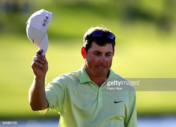 Justin Leonard tips his hat on the 18th hole after his win during the final round of the Bob Hope Classic at the PGA West Palmer Course on January 30...