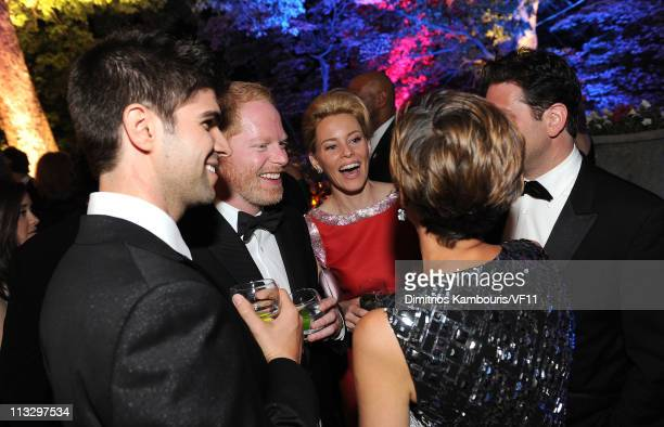 Justin Mikita actor Jesse Tyler Ferguson actress Elizabeth Banks and EditorinChief of Glamour Cindi Leive attend the Bloomberg Vanity Fair cocktail...