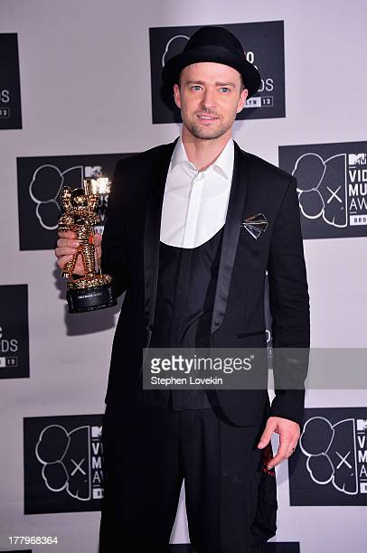 Justin Timberlake poses with the Michael Jackson Video Vanguard Award at the 2013 MTV Video Music Awards at the Barclays Center on August 25 2013 in...