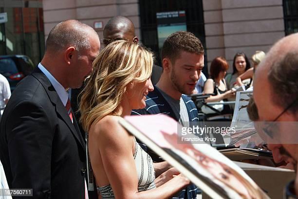 Justin Timberlake Und Cameron Diaz Geben Autogramme Beim Photocall Zum Kinofilm Shrek Dritte In Berlin Am 080607