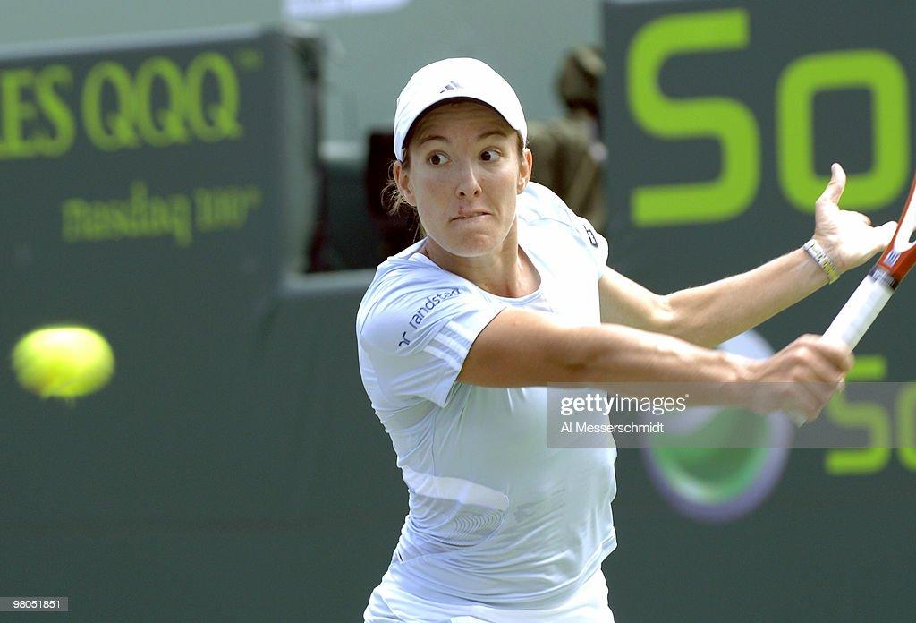 WTA - 2007 Sony Ericsson Open - Final - Justin Henin vs Serena Williams : News Photo