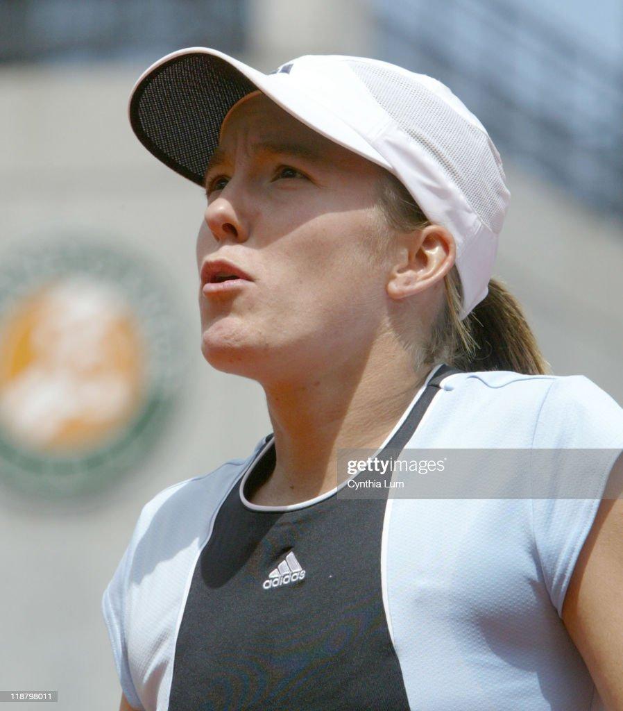 2005 French Open - Women's Singles - Quarterfinals - Justine Henin-Hardenne vs Maria Sharapova - May 31, 2005 : News Photo