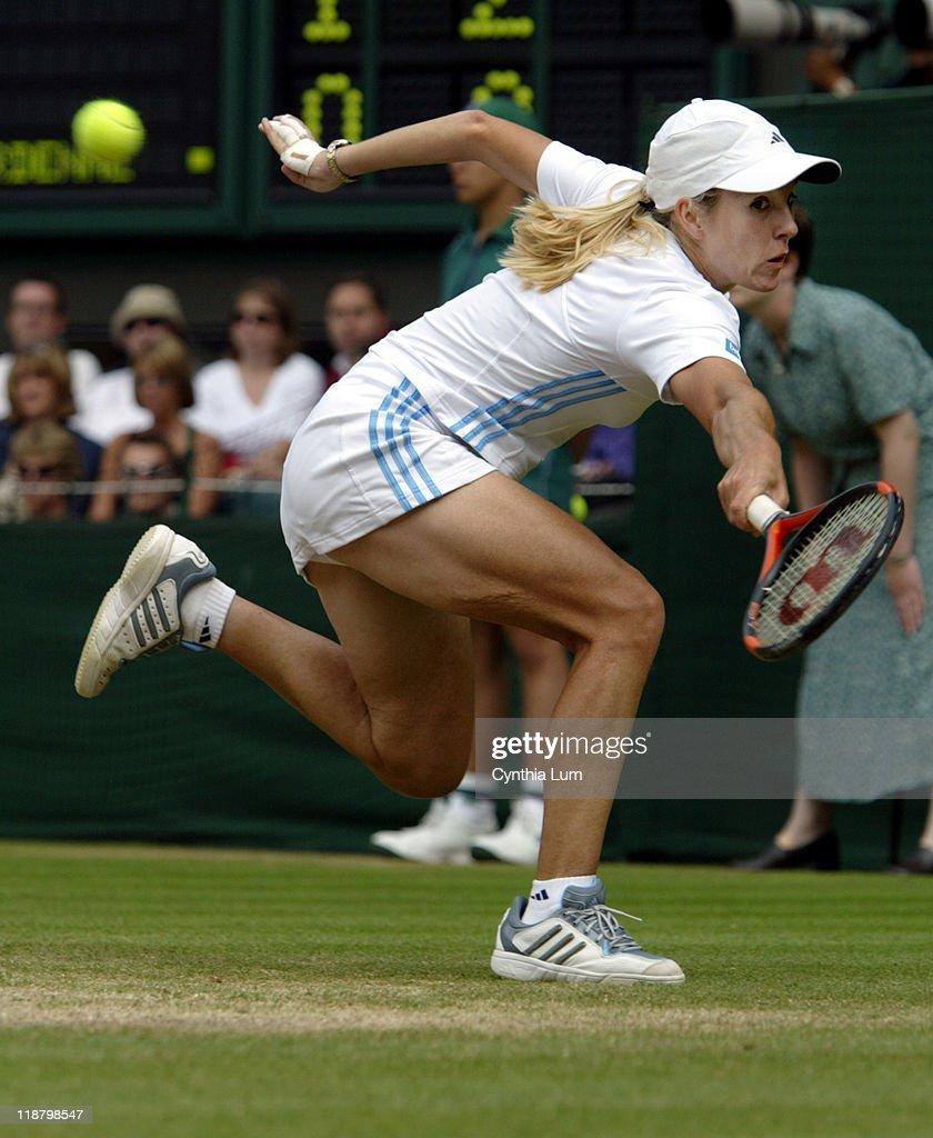 Wimbledon 2003 - Ladies Singles - Semifinals - Serena Williams vs. Justine Henin-Hardenne : ニュース写真