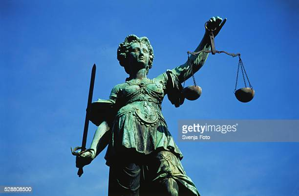 justitia monument in frankfurt/main, germany - 正義 ストックフォトと画像