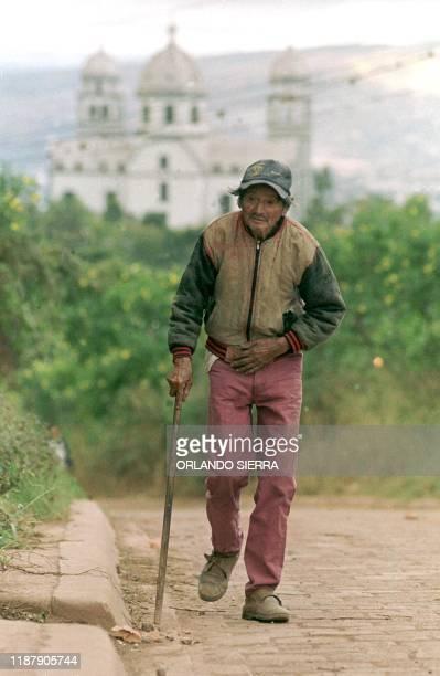 Justo Pastor Salgado walks with difficulty 03 December 2000 to the voting center in Suyapa in Tegucigalpa Honduras Justo Pastor Salgado de 85 anos de...