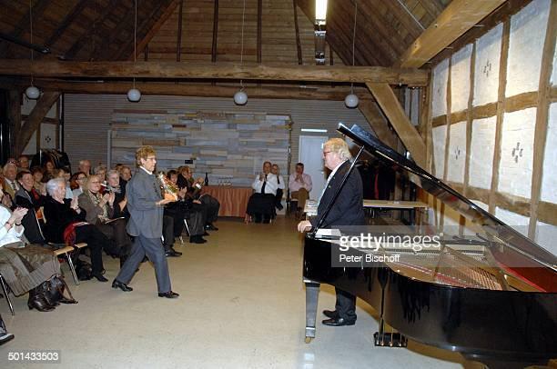 """Justus Frantz , Christa Zwanziger , Publikum , nach Klavier-Konzert """"Mozarts R e i s e nach P a r i s. Sein Weg in die Unabhängigkeit"""" , initiert..."""