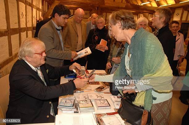 Justus Frantz dahinter stehend Mitarbeiter Fans aus Publikum nach KlavierKonzert Mozarts R e i s e nach P a r i s Sein Weg in die Unabhängigkeit...