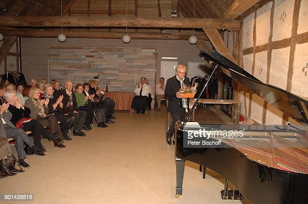 Justus Frantz Publikum nach KlavierKonzert Mozarts R e i s e nach P a r i s Sein Weg in die Unabhängigkeit initiert durch Stiftung Worpswede...