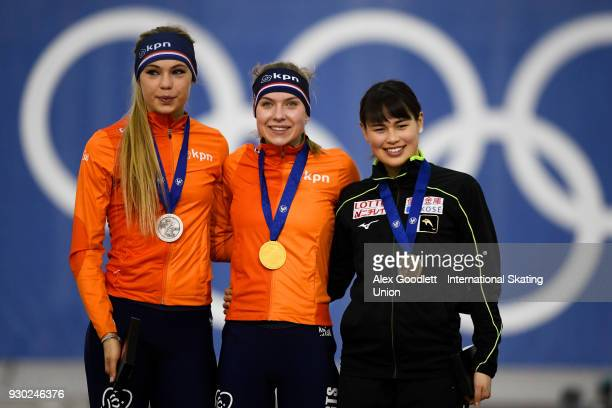 Jutta Leerdam of the Netherlands Joy Beune of the Netherlands and Lemi Williamson of Japan stand on the podium after the ladies 3000 meter final...