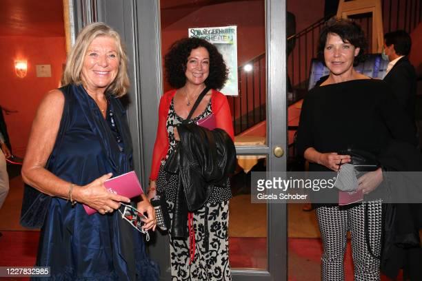 """Jutta Speidel, Barbara Wussow and Janina Hartwig during the premiere of the theatre play """"Schwiegermutter und andere Bosheiten"""" at Komoedie im..."""