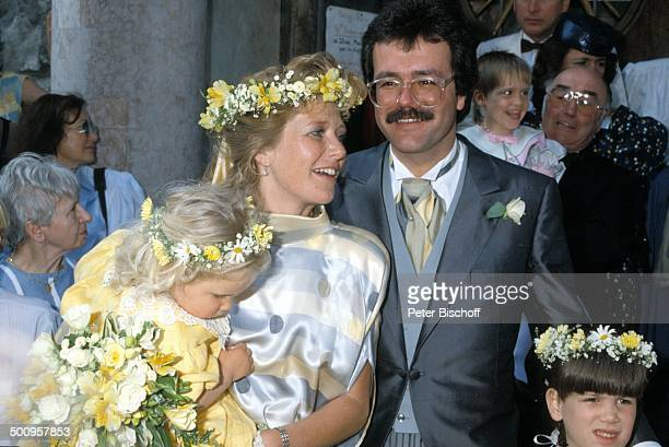 Jutta Speidel Ehemann Dr Stefan Feuerstein Gäste Hochzeit Hochzeitskleid Blumenkranz Kinder Brille Schauspielerin Promi HD/MP