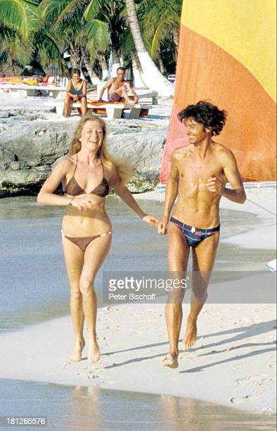 Jutta Speidel Herbert Herrmann am Rande der Dreharbeiten zur ZDFReihe 'Traumschiff' Folge 6 'Karibik' Mexico/Mittelamerika Hand in Hand sexy Bikini...