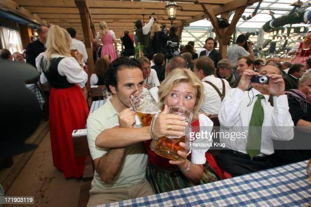 Jutta Speidel und Freund Bruno Maccallini Beim Anstich Im Schottenhamel Beim Münchner Oktoberfest
