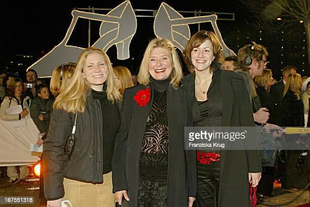 Jutta Speidel Und Ihre Töchter Franziska Und Antonia Bei Der Premiere Des Musical '42Nd Street' In Stuttgart Am 211103