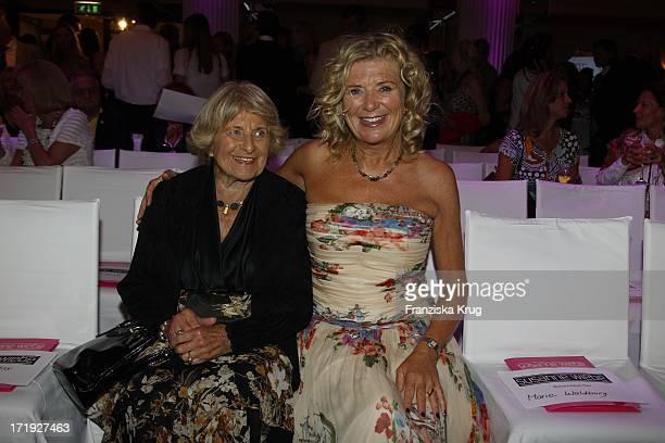 Jutta Speidel Und Mutter Gerlinde Bei Der Susanne Wiebe Munich Fashion Opening Show Powered By Audi Im Ballsaal Im Bayerischer Hof In München
