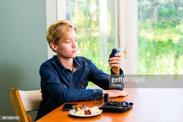 Juvenile Diabetes-Patient seine Blutzuckerwerte zu Hause überprüfen