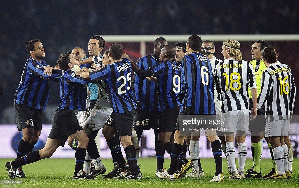 Juventus and Inter Milan players argue d : News Photo