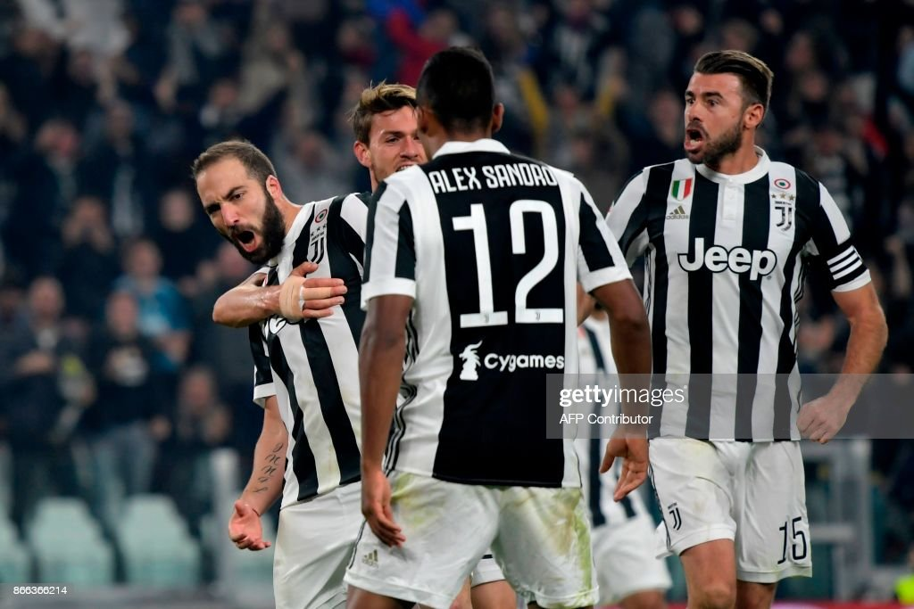 Juventus' Argentinian forward Gonzalo Higuain (L) celebrates with teammates after scoring during the Italian Serie A football match Juventus vs Spal at the Allianz stadium in Turin on October 25, 2017. /