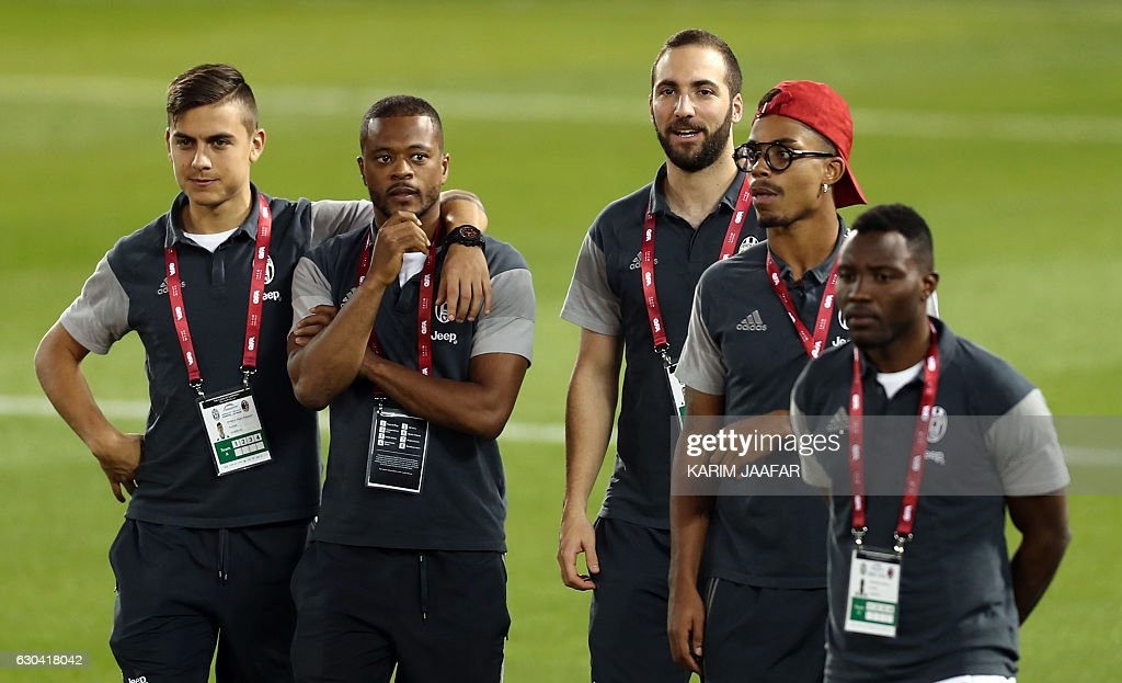 Juventus' Argentinian forward Paulo Dybala, French defender Patrice Evra, Argentinian forward Gonzalo Higuain, Gabonese midfielder Mario Lemina and Ghanian midfielder Kwadwo Asamoah arrive for a training session in the Qatari capital Doha on December 22, 2016, on the eve of the Final of the Italian Super Cup between AC Milan and Juventus. / AFP / KARIM