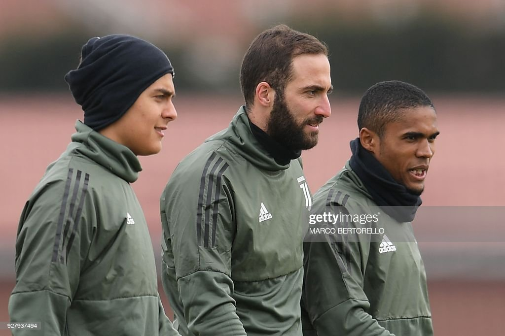 Juventus' Argentinian forwards Paulo Dybala and Gonzalo Higuain and Juventus' Brazilian midfielder Douglas Costa attend a training session on the eve of the UEFA Champions League football match Tottenham Hotspur vs Juventus on March 6, 2018 at the Juventus training center in Vinovo. /