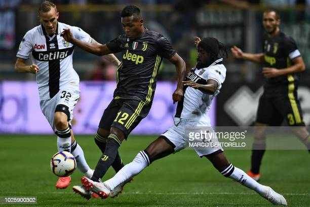 Juventus' Brazilian defender Sandro vies with Parma's Gervinho and Parma's Italian midfielder Luca Rigoni during the Italian Serie A football match...