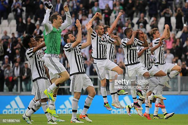 Juventus' celebrate after winning the Italian Serie A football match Juventus vs Palermo on April 17 2016 at the Juventus stadium in Turin / AFP /...