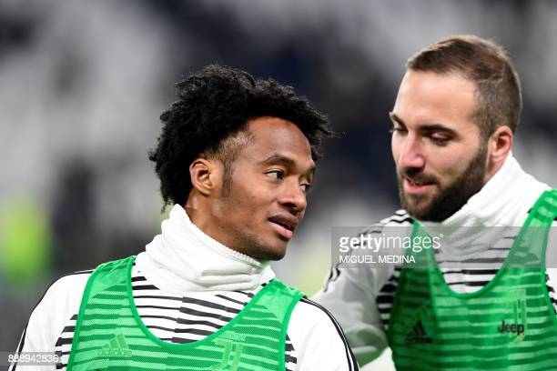 Juventus' Colombian forward Juan Cuadrado and Juventus' Argentinian forward Gonzalo Higuain warm up prior to the Italian Serie A football match...
