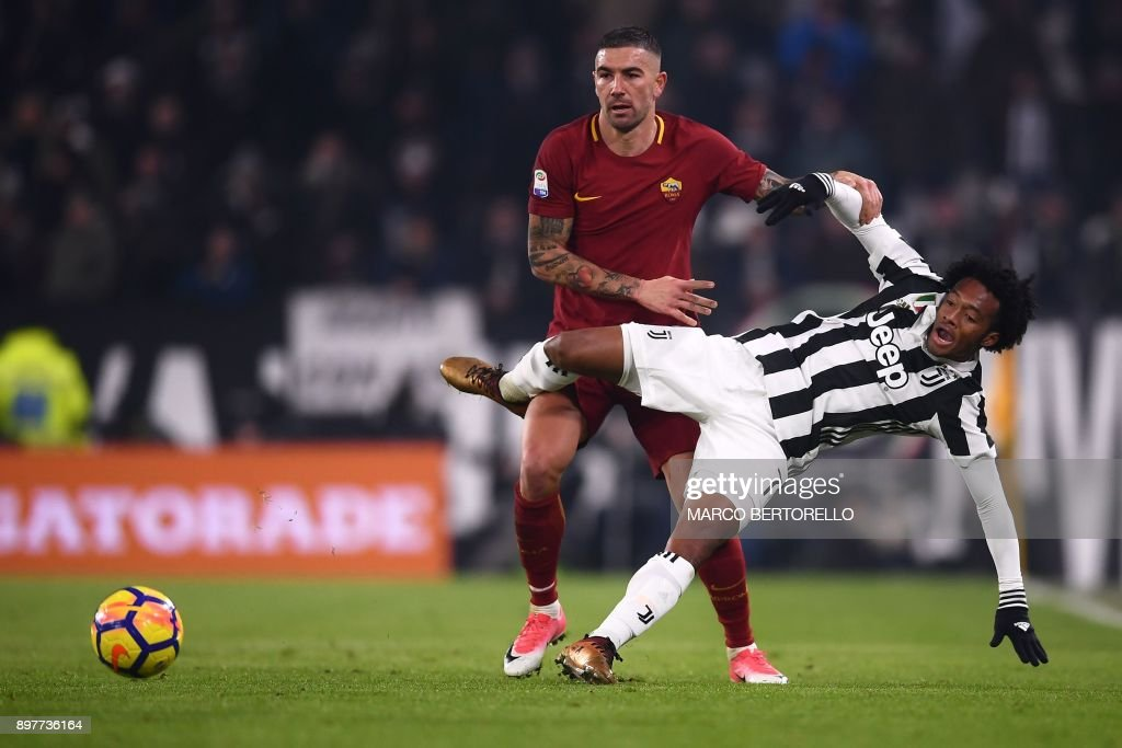 Juventus' Colombian midfielder Juan Cuadrado (R) vies for the ball with Roma's midfielder Serbian Aleksander Kolarov during the Italian Serie A football match Juventus vs AS Roma at the Alliannz Stadium on December 23, 2017, at the Allianz Stadium in Turin. /