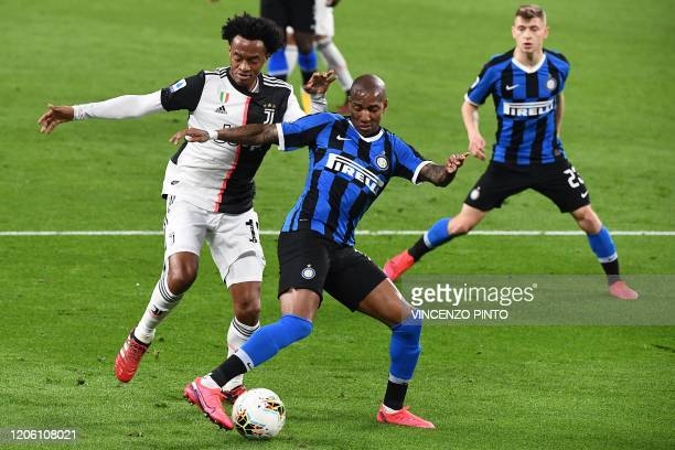 Juventus' Colombian midfielder Juan Cuadrado vies with Inter Milan's English midfielder Ashley Young past Inter Milan's Italian midfielder Nicolo...